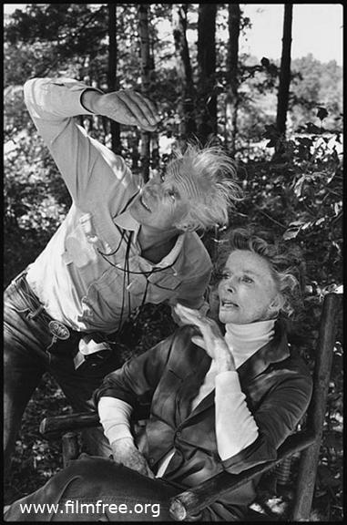 অন গোল্ডেন পন্ড-এর সেটে, অভিনেত্রী ক্যাথেরিন হেপবার্নের সঙ্গে, শটের আগে লাইট চেক নিচ্ছেন বিলি
